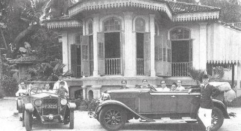 Syed Sheikh al-Hadi et sa famille devant leur maison de Jelutong Road, à Penang.
